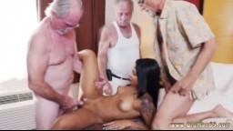 Trois vieux salopards se tapent une petite jeune latine - Vidéo porno hd