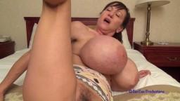 Une mature américaine nous fait un show en solo avec ses énormes seins siliconés - Vidéo x hd - #02