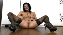 Une femme sexy avec des talons hauts se masturbe la chatte en lingerie - Film x - #02