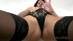 Une femme sexy habillée de bas se masturbe la chatte en lingerie - Vidéo porno - #02