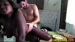 Vidéo amateur d'une africaine fourrée sur la table de la cuisine - Porno - #01