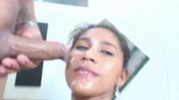 Une chaudasse latine suce une bite à la webcam et se prend une éjaculation faciale - Film x - #02
