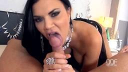 Une brune lui taille une pipe et bouffe le sperme - Vidéo porno - #02