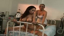 Une brune à gros seins dans un hôpital se fait dominer par une chaude lesbienne - Vidéo porno - #04