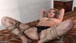 Une blonde attachée satisfait ses désirs avec une dominatrice lesbienne - xxx - #04