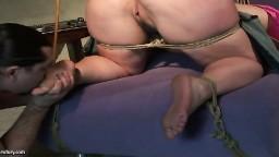 Une brune avec un gros cul se fait lécher les pieds et punir - Vidéo x hd - #04