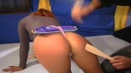Fessée pour une rousse vraiment cochonne - Vidéo porno