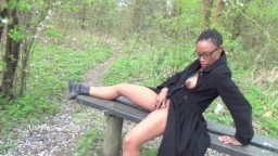 La black Michelle est une exhibitionniste qui aime se masturber en forêt - Vidéo porno hd