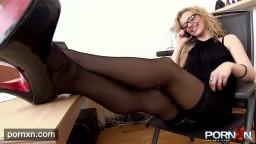 Cette secrétaire avec des bas est sauvagement punie par son patron - xxx hd