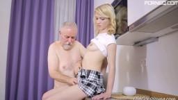 La blonde sexy Helena suce et baise une vieille queue - Vidéo x - #02