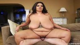 Un strip ping pong avec une belle grosse femme se termine en éjaculation faciale - Film x hd 1080p - #02