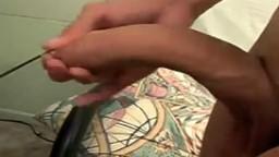 Un gay branle sa grosse bite face à la caméra - Vidéo porno - #01