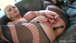 Une blonde à gros seins se masturbe l'anus avant de se faire sodomiser - Film porno hd - #08