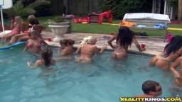 Josh et Taylor ont organisé une fête dans leur piscine avec plein de petits cul dans le jardin - Film x - #08