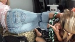 Une cowgirl attachée branle une bite avec les pieds - Vidéo porno
