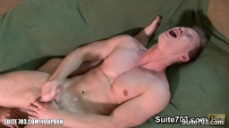 Le très sexy Jeremy Lange suce et chevauche le gros pénis de Tyler Andrews sur le canapé - Vidéo x hd