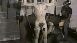 Vidéo vintage d'un bondage brutal avec torture des couilles - xxx gay