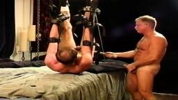 Séance de BDSM et torture des couilles dans mon donjon - Vidéo x gay