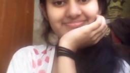 Une jeune et jolie indienne montre ses seins à la webcam - Vidéo x