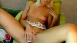 Une jeune beauté ukrainienne se doigte la chatte en live à la webcam - Vidéo x
