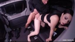 Une salope brune baisée sur le siège arrière d'une voiture - Film x
