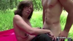 Une vieille séduit un jeune pour se faire baiser dans la nature - XXX HD