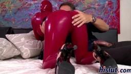 Deux salopes adeptes du latex partagent une grosse queue - Vidéo porno HD - #02