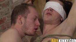 Xavier Sibley attaché dans un donjon se fait sucer et branler par Sean - Film x HD - #02