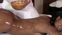 Une belle black nue baise avec son masseur - Film x - #01