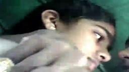 Une jeune indienne se fait lécher les seins dans une voiture - Vidéo x - #01