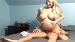 Une fille blonde enceinte se fait baiser devant la webcam - Film porno hd