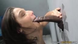 Cette salope s'enfonce une longue bite noire dans la bouche - Film porno hd