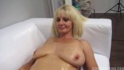 Une femme mature goûte à une bite pendant un casting - Film porno hd - #02
