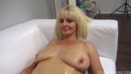 Une femme mature savoure à une queue pendant un casting - Vidéo porno amateur hd - #02