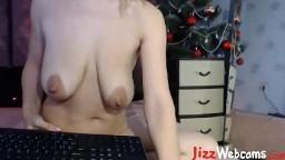 Une cochonne avec les seins qui tombent fait un show à la webcam - Film porno