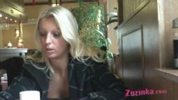 Une exhibitionniste blonde montre ses nichons dans un restaurant chinois - Film x