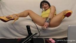 Une milf à talons hauts adepte de la webcam se fait sodomiser par un fan - Film porno hd