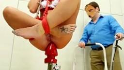 Pénétration anale extrême avec une femme assise sur un gros sextoy - Vidéo x - #01