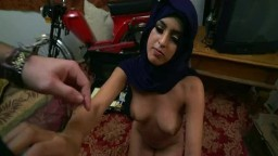 Une jeune arabe de 18 ans se fait baiser par son beau-père pendant que sa mère est en vacances - Vidéo porno