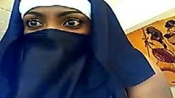 Cette arabe voilée aux yeux noirs caresse ses gros seins et se masturbe à la webcam - Vidéo porno