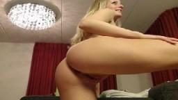 Une hollandaise super bien gaulée fait le modèle à la webcam - Film porno