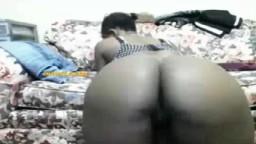 Une salope black remue son gros cul à la webcam - Film porno