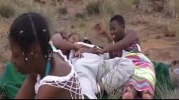 Partouze avec trois femmes black dehors en Afrique - XXX HD