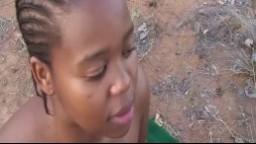 Cette africaine se fait éjaculer sur la gueule après une partouze dehors - Vidéo porno hd
