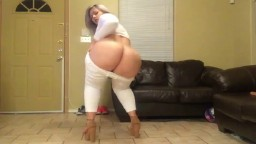 Cette femme a un superbe gros cul qu'elle montre à la webcam - Vidéo x hd - #02