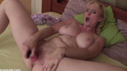 Monika est une mature blonde sexy qui adore se goder face à une caméra - Film porno hd - #02