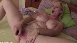 Cette femme mature adore la masturbation avec son gode rose - Vidéo x hd - #02