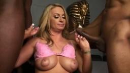 Deux black mettent leur bite dans le cul d'une cochonne blonde - Film porno - #02