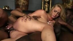 Deux noirs bien gaulés détruisent le cul d'une salope blonde - Film x - #02