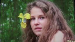 Cette jeune fille avec un adorable visage monte sur la bite d'un vieux - Vidéo porno hd - #02